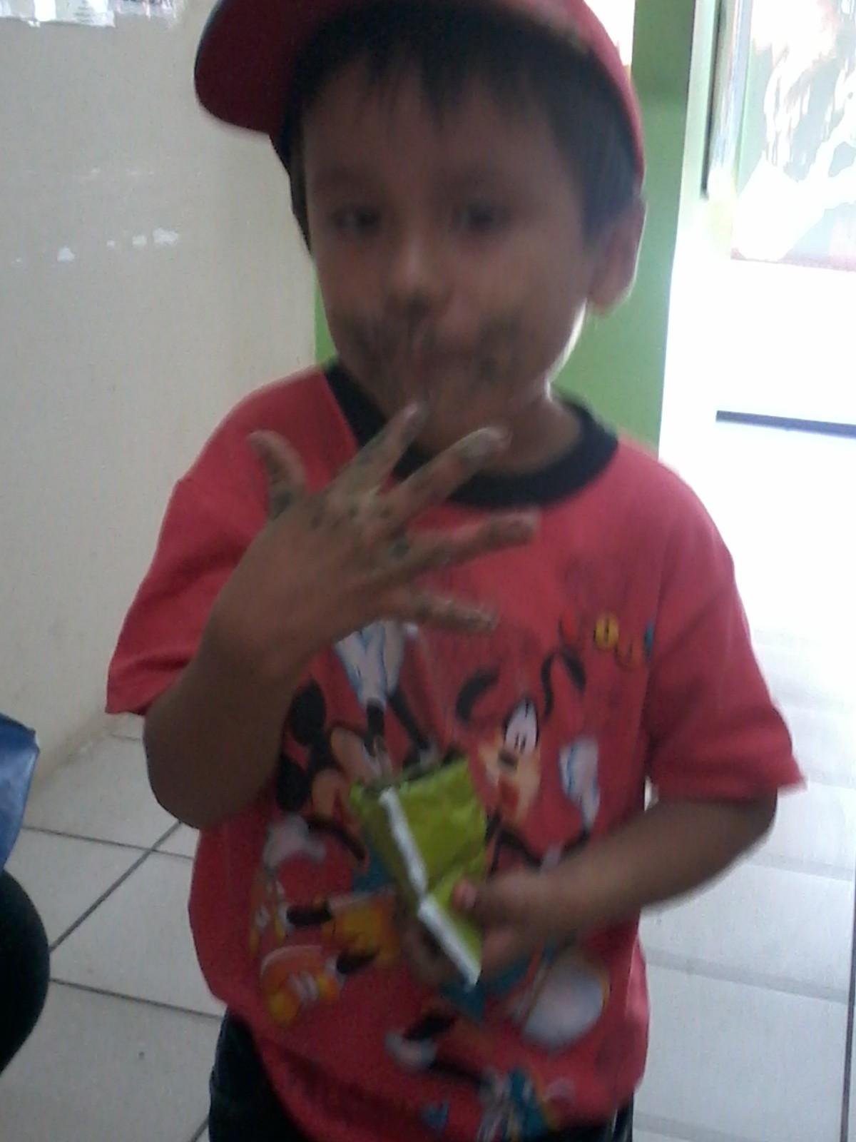 Niñito Peruano Disfrutando Spirulina de DXN International